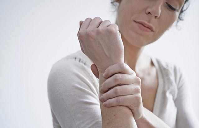 Đau nhức ở bệnh nhân viêm khớp dạng thấp thường kéo dài âm ỉ, dai dẳng