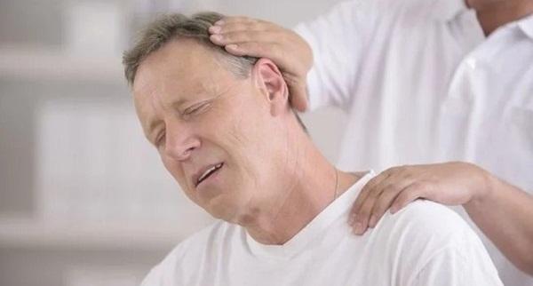 Tuổi tác ảnh hưởng xấu đến chức năng xương khớp, dễ gây đau mỏi vai gáy