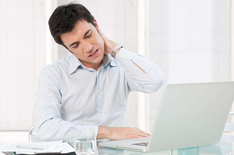 Người ngồi lâu, ít vận động thường bị đau mỏi vai gáy, đau lưng - viem vai gay