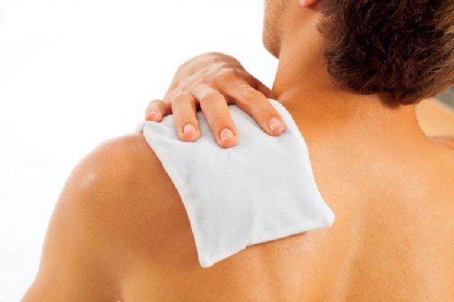 Tập tạ bị đau khớp vai có sao không, phải làm sao khỏi nhanh?