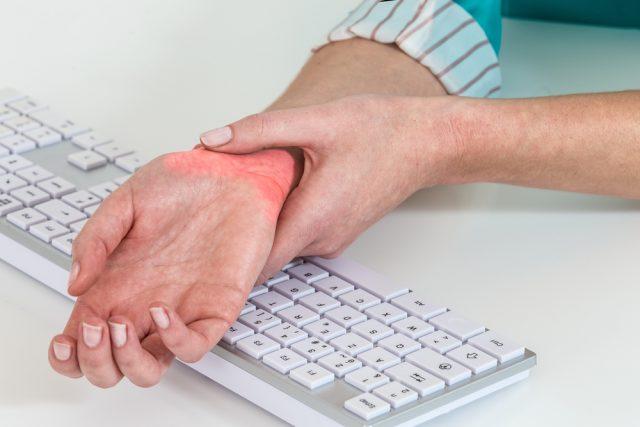 Làm việc với máy tính thường xuyên dễ gây đau cổ tay
