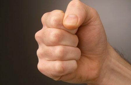 Chữa viêm khớp cổ tay bằng cách nắm đấm tay