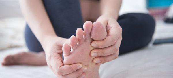Tê mỏi khớp gối có thể lan đến bàn chân