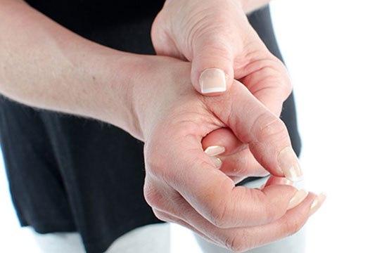 Hội chứng De Quervain có thể gây đau nhức khớp ngón tay, nhất là ở ngón cái