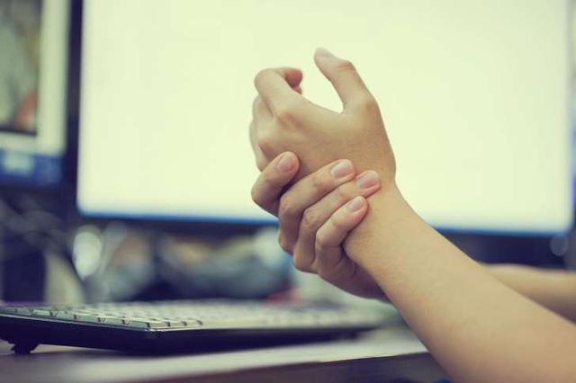 Hội chứng ống cổ tay gây đau khớp ngón tay và một số rối loạn vận động ngón tay