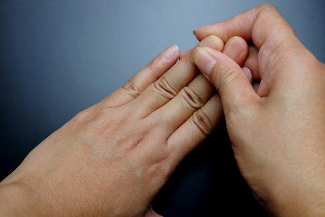 Đau sưng khớp ngón tay nếu tiến triển nặng và không điều trị sớm có thể gây ra nhiều biến chứng