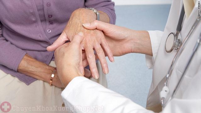 Khớp bị sưng đau thường gặp phải ở những người cao tuổi