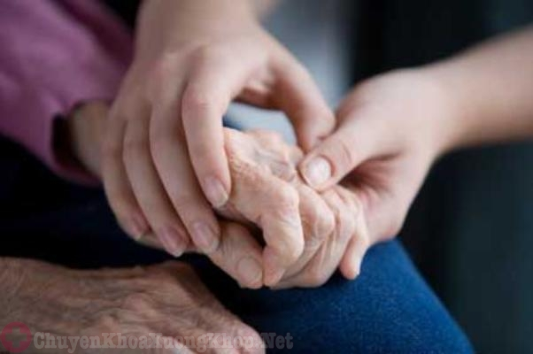 Thường xuyên xoa bóp tay để giảm tình trạng đau nhức