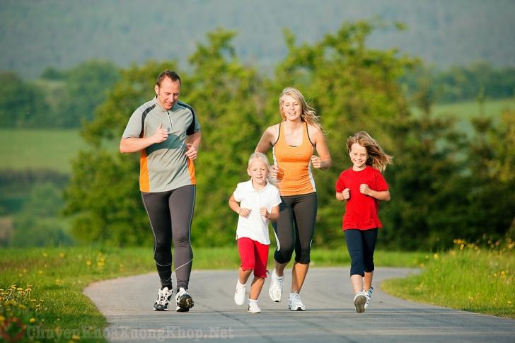 Thường xuyên tập thể dục để hạn chế thoái hóa khớp háng