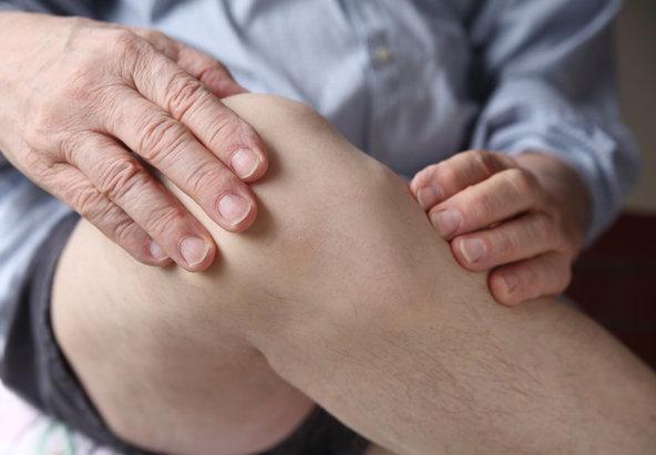 Cứng khớp gối, hạn chế vận động là dấu hiệu viêm khớp gối