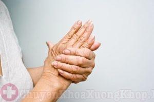 Tê bì tay là một trong các triệu chứng thoái hóa khớp vai
