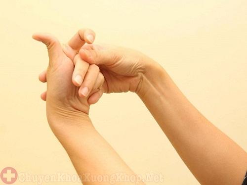 Khi bị đau khớp ngón tay sau sinh nên tránh vận động