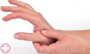 Làm gì khi bị đau khớp ngón tay sau khi sinh?