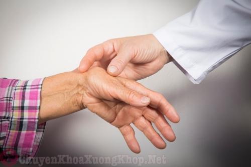 Đau khớp ngón tay vào buổi sáng khi ngủ dậy