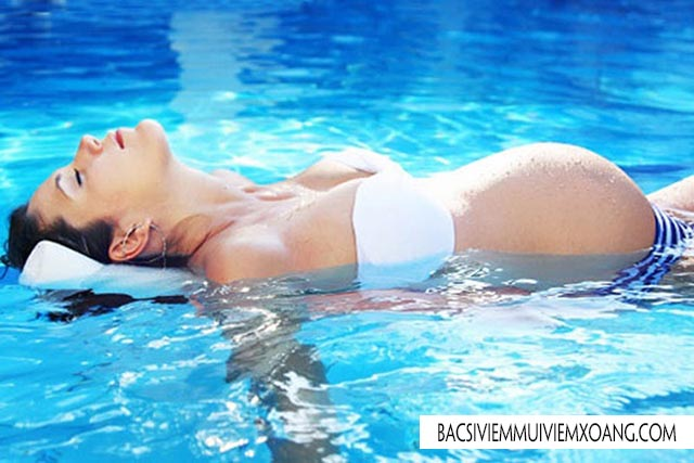 Luyện tập dưới nước chữa đau khớp háng khi mang thai tháng cuối