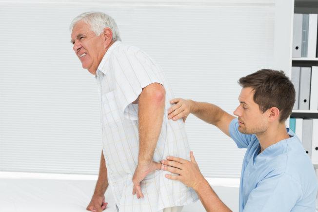 Tuổi tác là nguyên nhân dẫn đến nhiều bệnh xương khớp, trong đó có viêm khớp háng