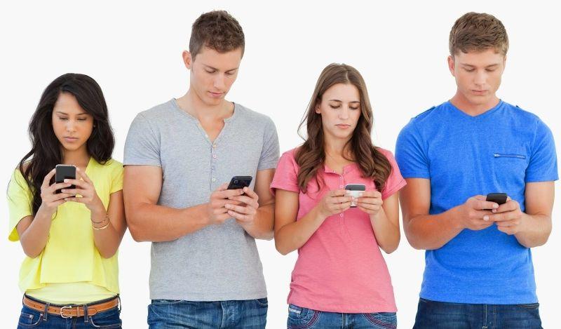 thường xuyên cúi đầu khi sử dụng điện thoại có thể gây thoái hóa đốt sống cổ