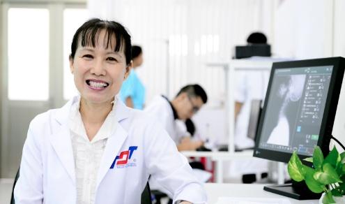 Thạc sĩ, bác sĩ Hồ Phạm Thục Lan, trưởng Khoa Cơ xương khớp, Bệnh viện Nhân dân 115 cho biết các dạng viêm khớp thường có triệu chứng chung là sưng, nóng, đỏ, đau. Nếu bệnh nhân có triệu chứng kéo dài trên 2 tuần nên thăm khám tại các chuyên khoa xương khớp để được điều trị sớm nhất, tránh biến chứng