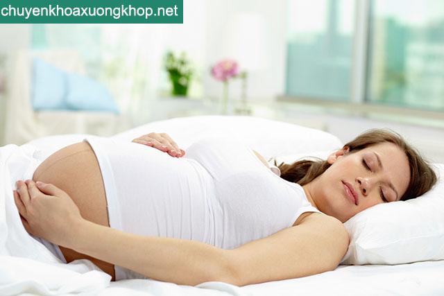 Bà bầu nghỉ ngơi giảm đau khớp háng khi mang thai 3 tháng đầu