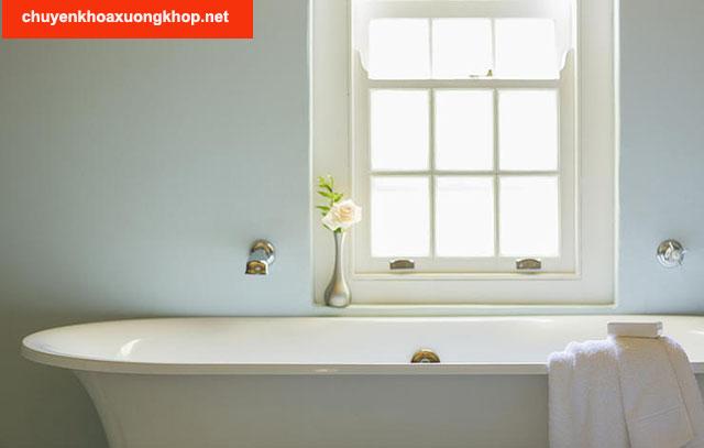 Tắm nước nóng giúp giảm đau đầu gối sau khi quan hệ