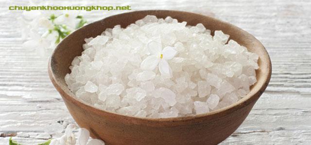 Bài thuốc ngâm chân trị đau khớp bằng muối