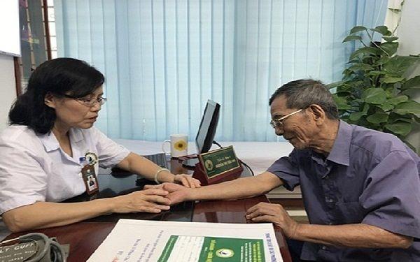 Bác sĩ khám, tư vấn sử dụng Hoạt huyết Phục cốt hoàn điều trị thoái hóa cột sống thắt lưng