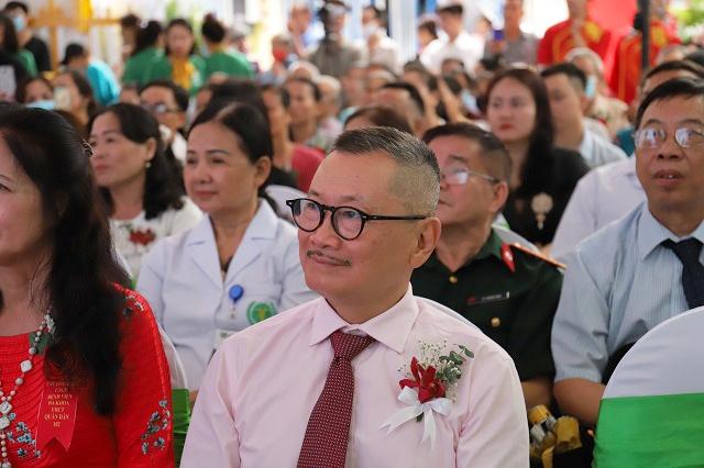 Nghệ sĩ Trần Đức có mặt tại lễ khai trương bệnh viện Quân dân 102