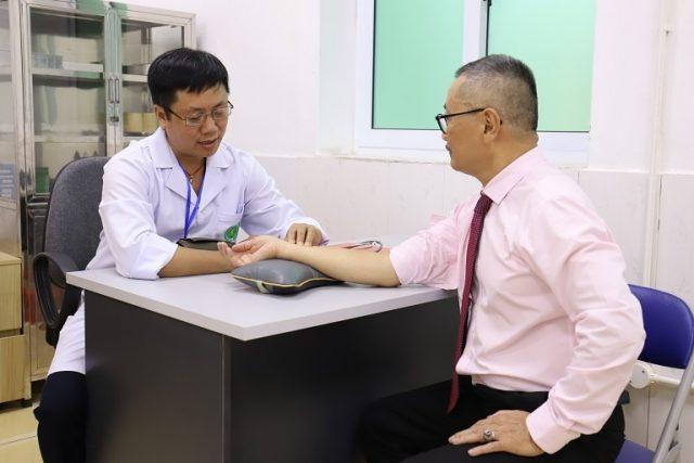 Nghệ sĩ Trần Đức chữa khỏi bệnh xương khớp nhờ bài thuốc Cốt vương thần hiệu than